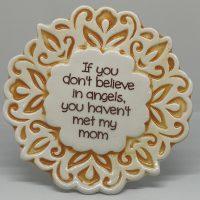 Tegelmagneet met leuke spreuk - If you don't believe in angels, you haven't met my mom - Geel bij debadeend.nl