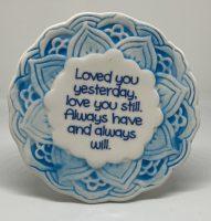 Tegelmagneet met leuke spreuk - Loved you yesterday, love you still. - Blauw bij debadeend.nl