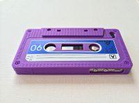 Telefoonhoesje voor iPhone 5/5s en SE - Vintage Cassette - Paars bij debadeend.nl